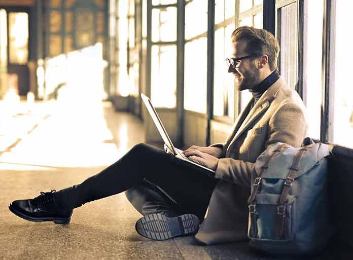 Nómada digital trabajando por el mundo